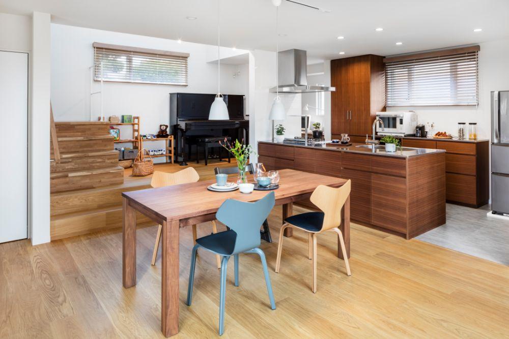 大空間のダイニング空間とキッチン