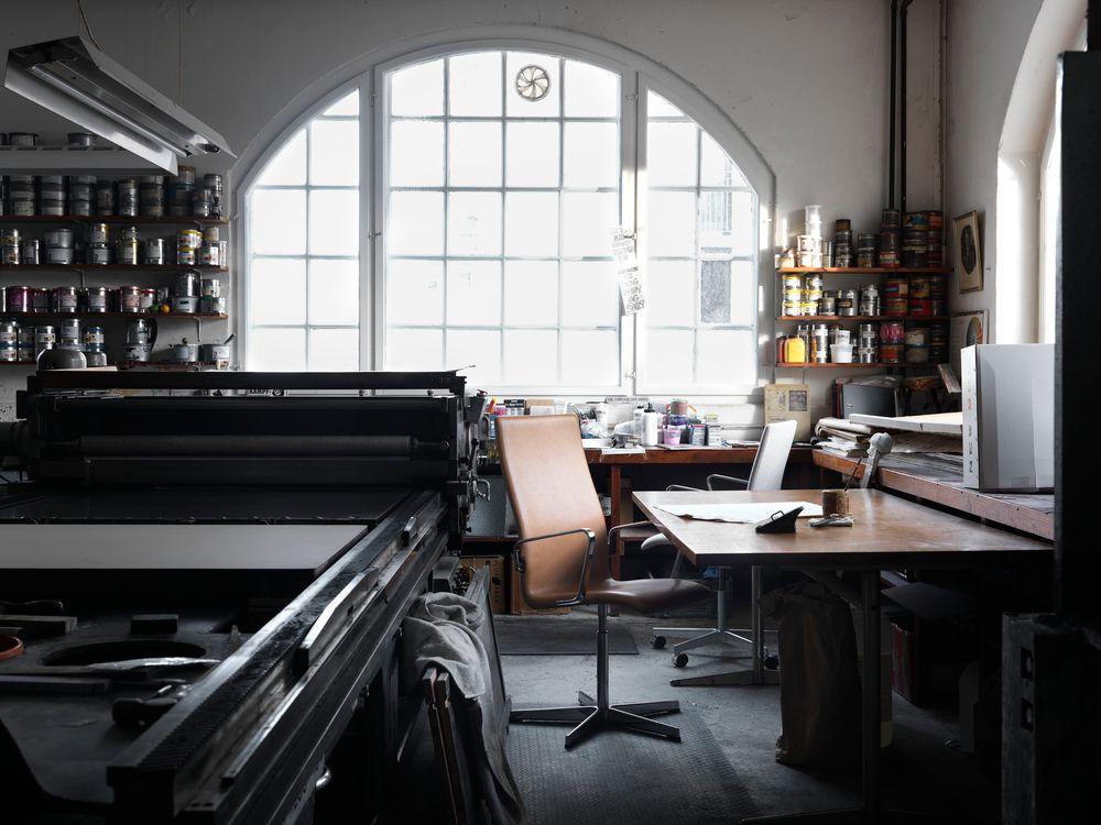 自宅で製作をしているような空間