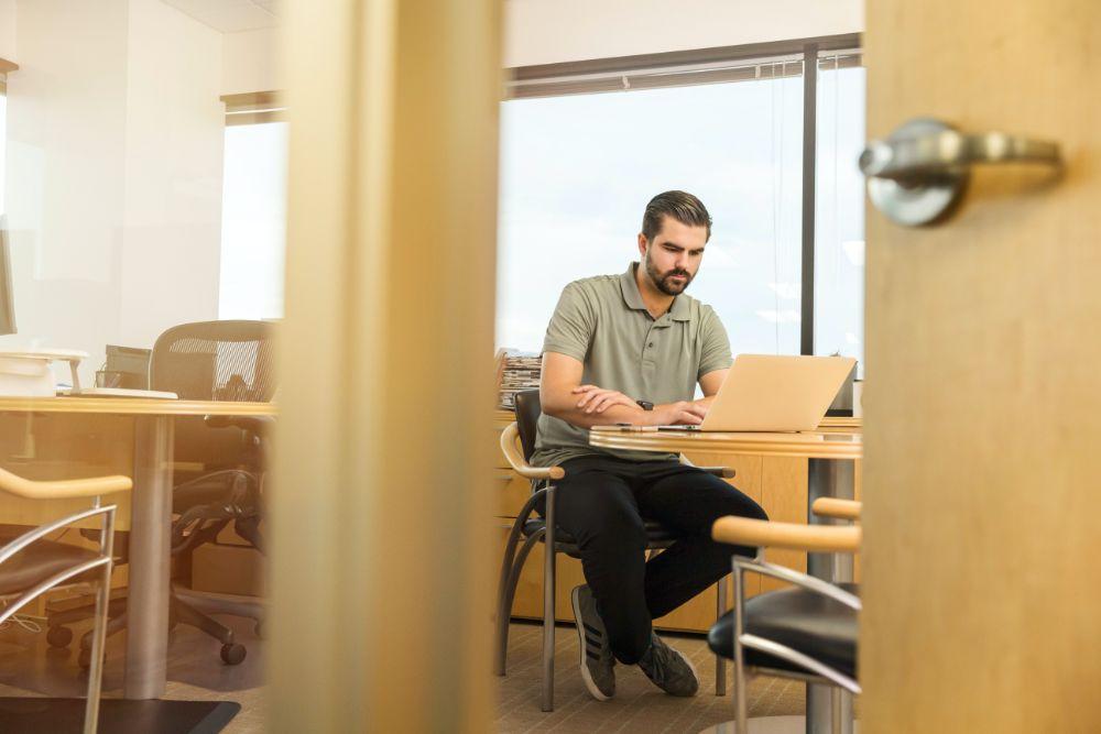 パソコンで仕事をしている様子