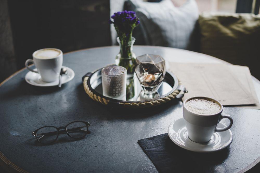 コーヒーを飲んでゆったりしている様子