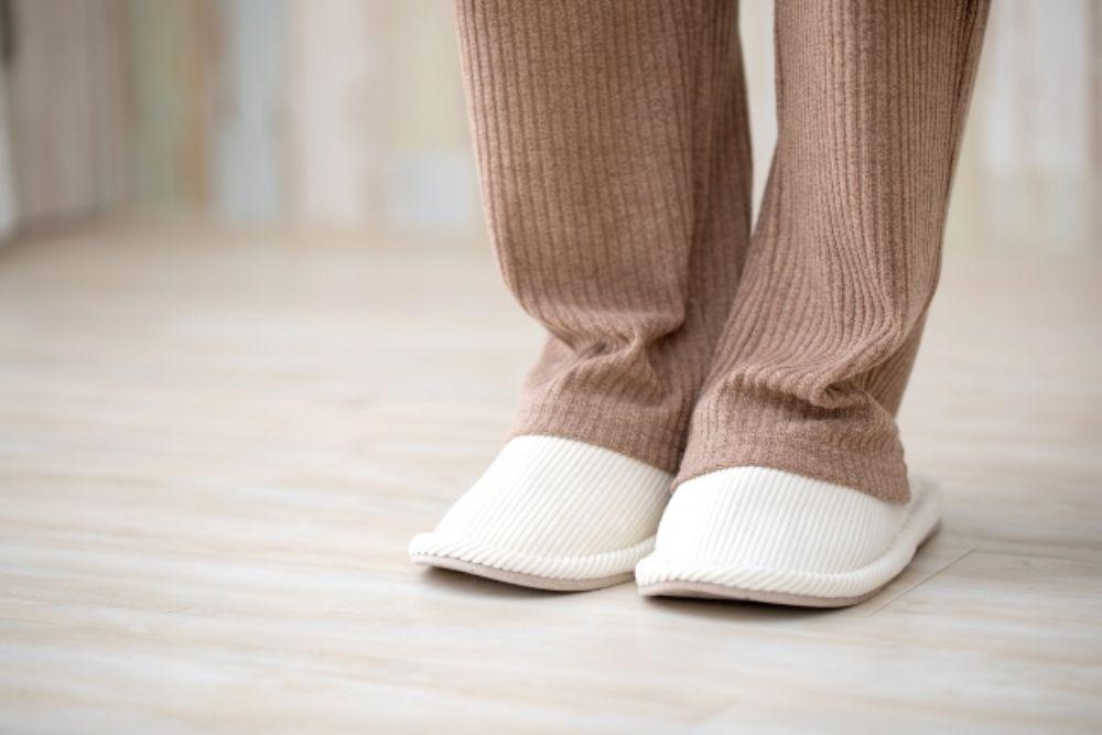 スリッパをはいた人の足