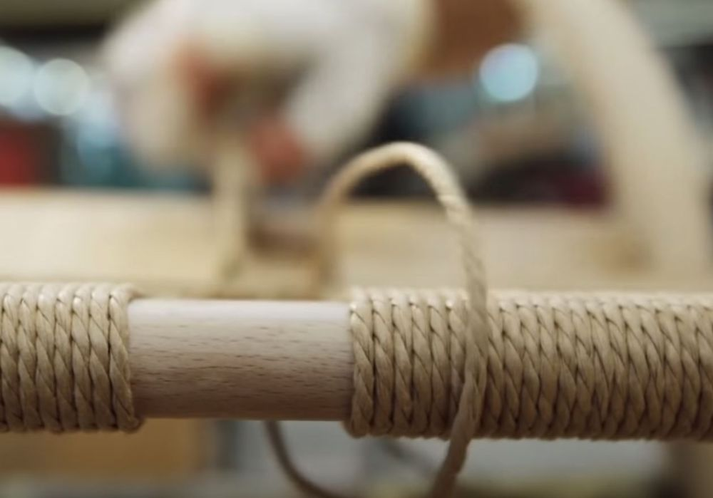 北欧の家具職人が作業している様子