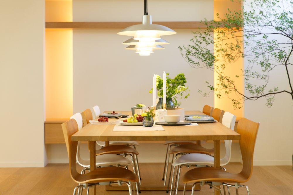 北欧デザインのチェアとテーブル、照明の置かれたダイニング空間