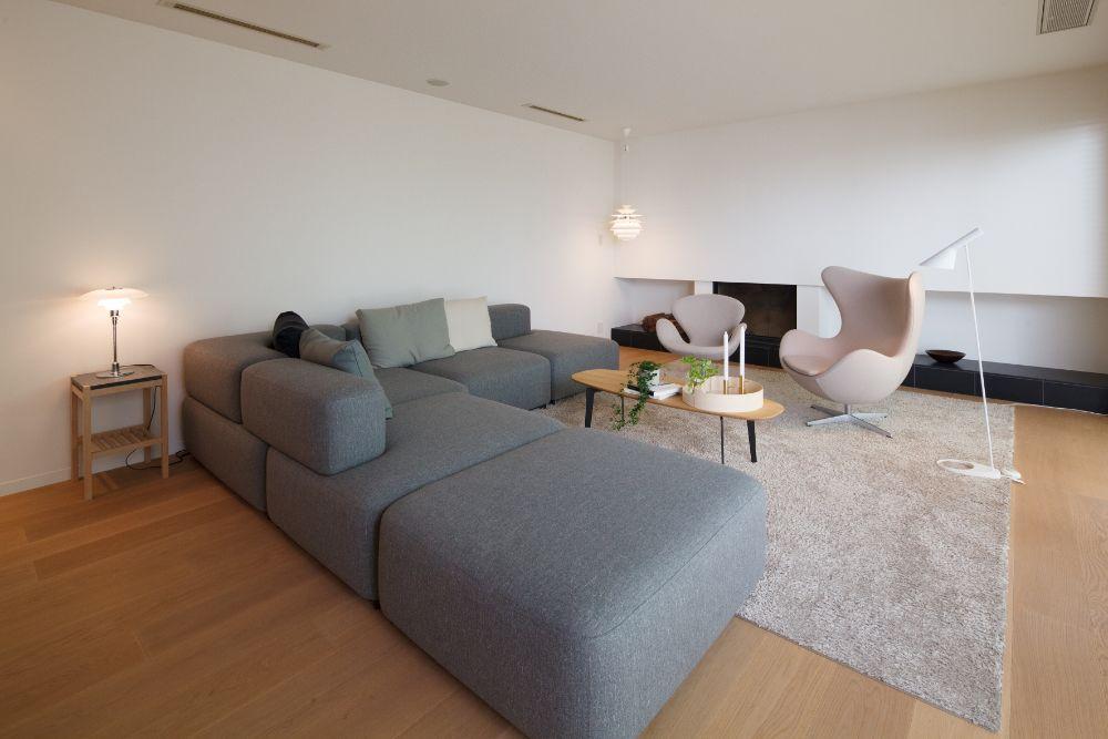 アースカラーを基調としたソファがメインで置かれたリビング空間
