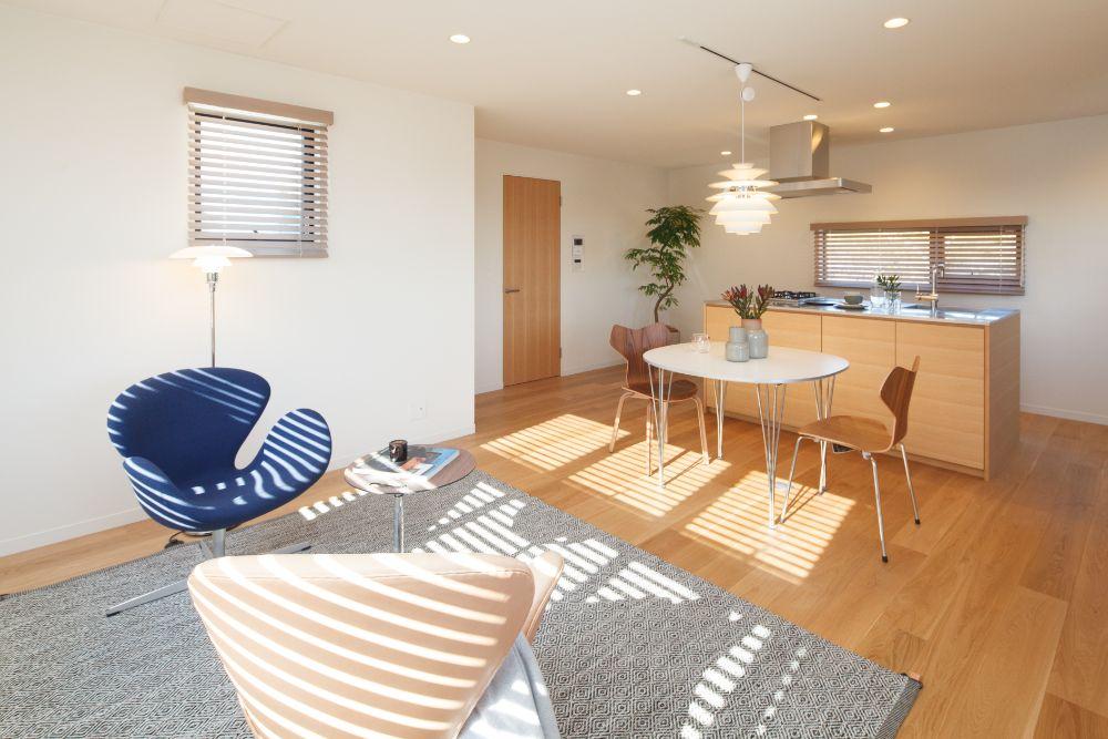 北欧家具の置かれたシンプルなLDK空間