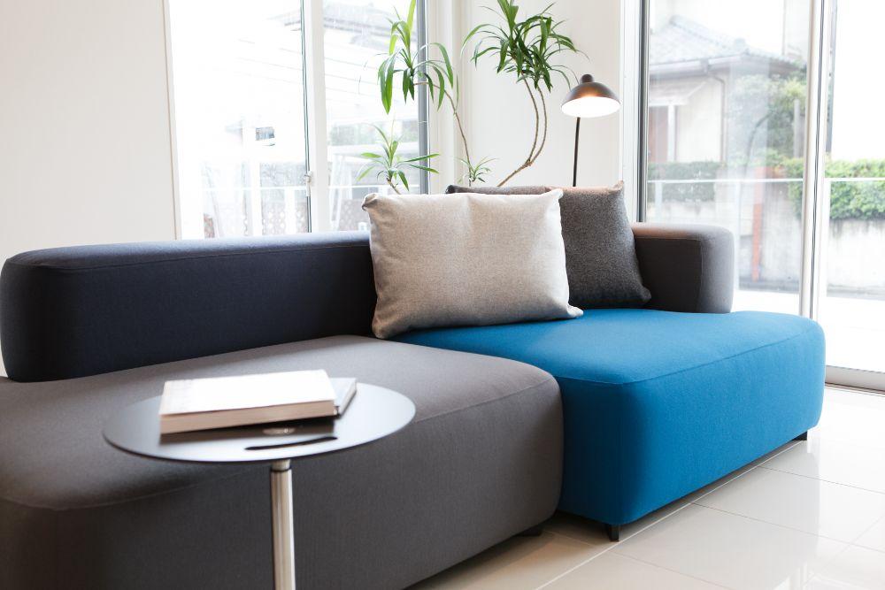 ソファの横にあるサイドテーブル