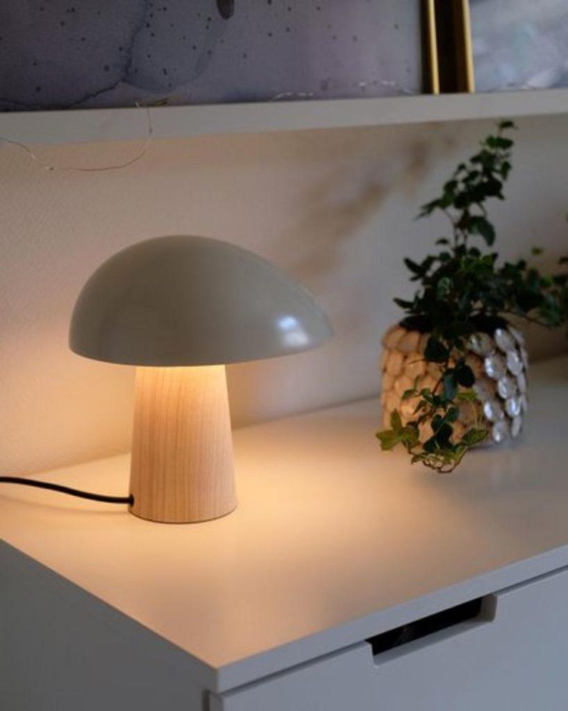 暖色な光色のテーブルランプ