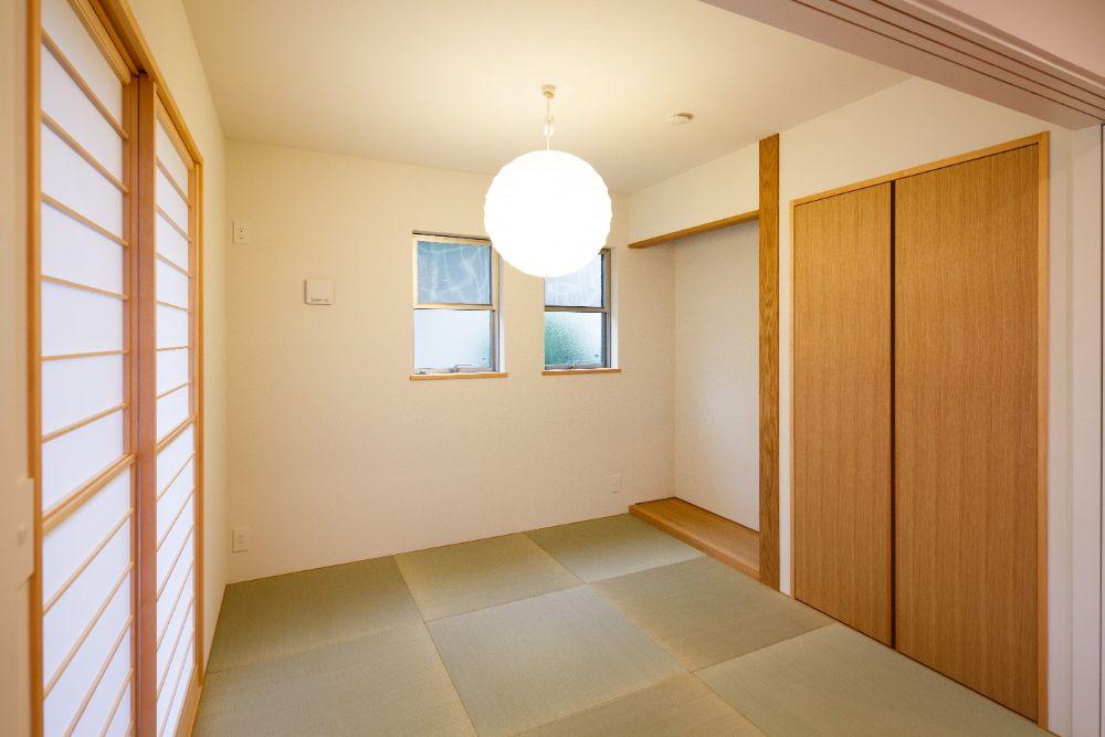 和室に合う丸い照明が吊られた和室空間