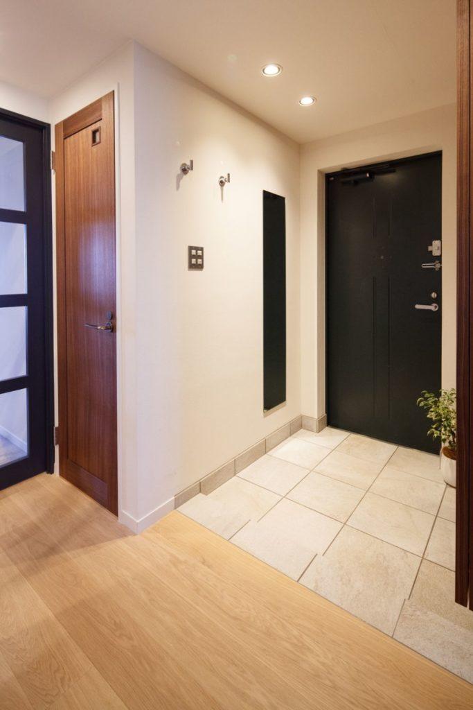 タイルの床材が敷かれた玄関土間