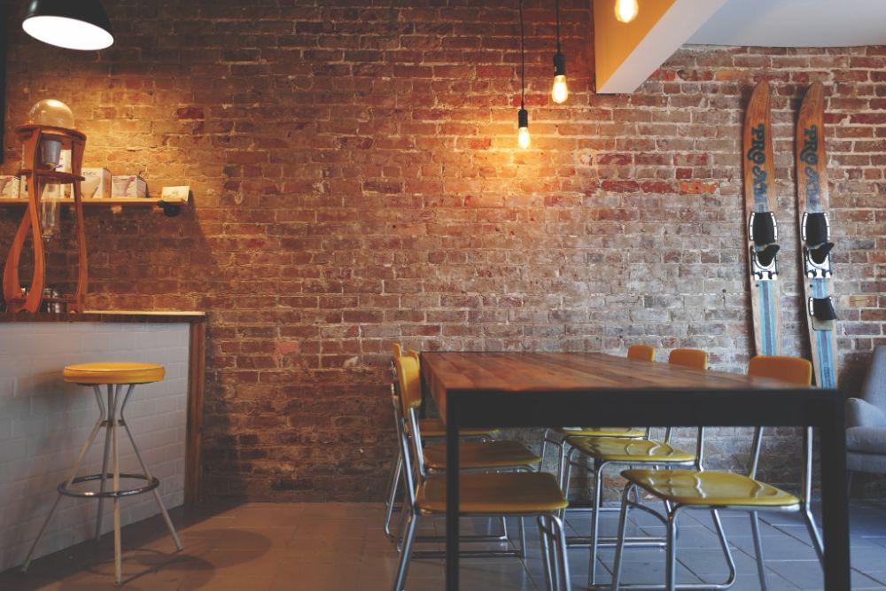 レンガの壁面が印象的な空間