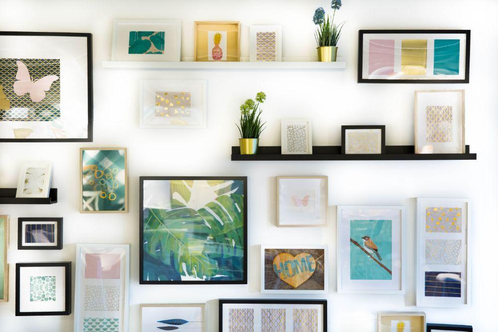 壁に飾られたイラストや写真、植物など