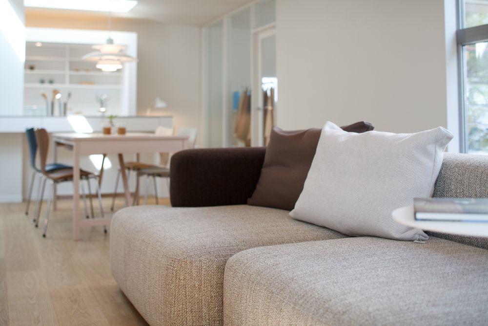 落ち着いたトーンのソファが置かれたLDK空間