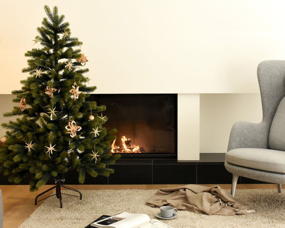 クリスマスツリーが飾られた暖炉のある部屋