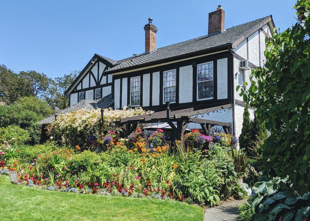色鮮やかな植物が生い茂る庭の家