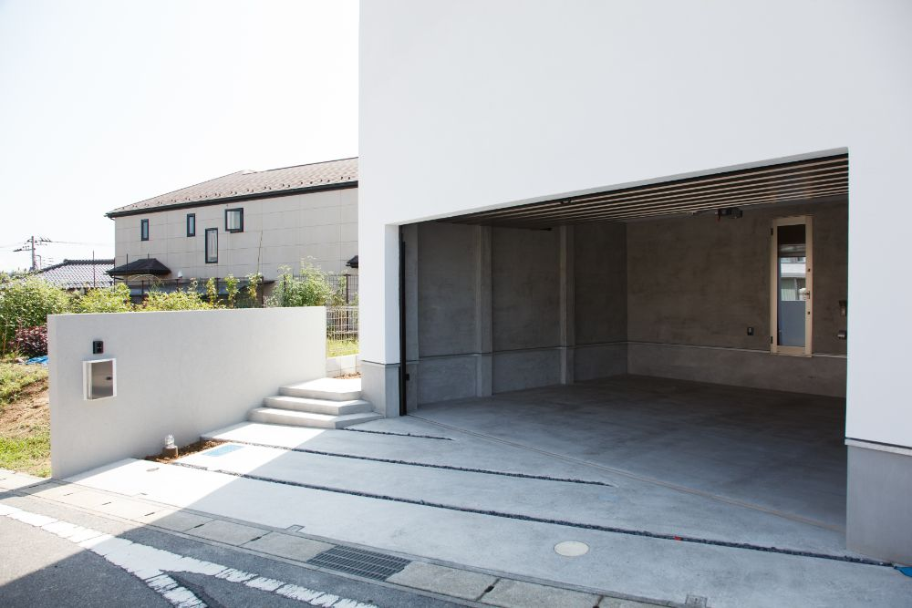 開口部の大きいガレージがある住宅