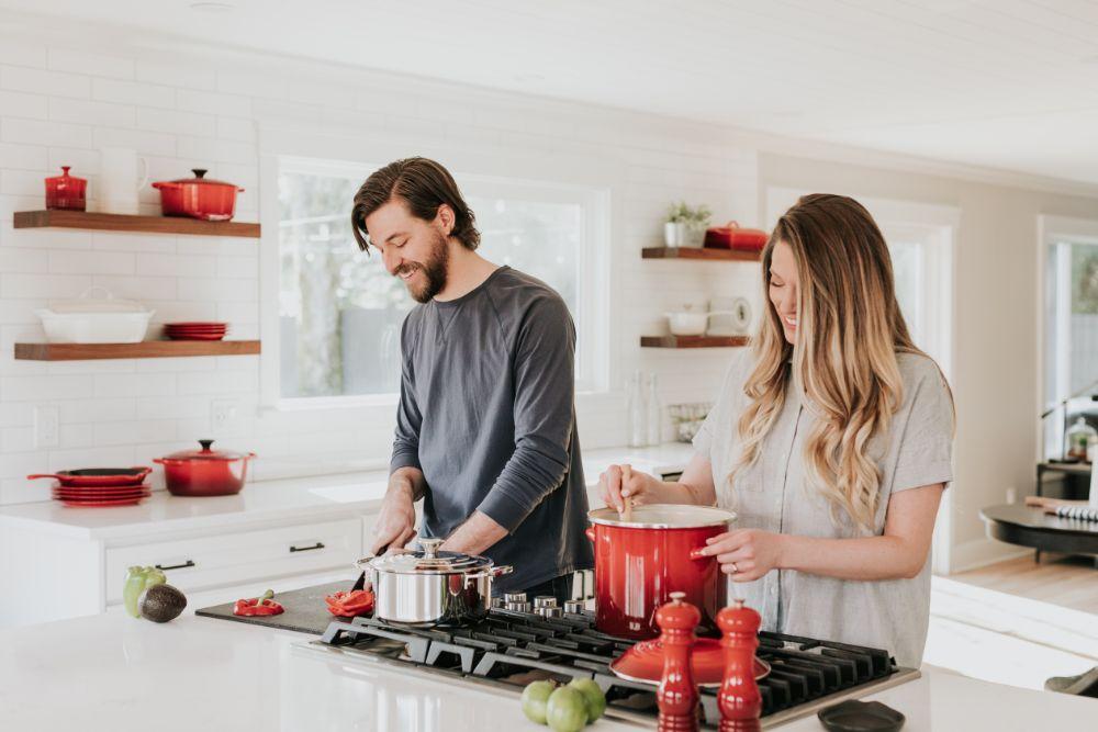 夫婦で料理をしている様子