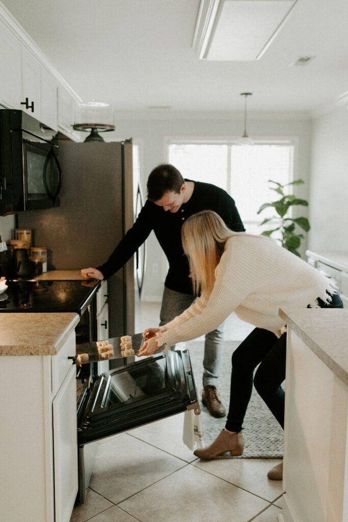 恋人が一緒に料理をしている様子