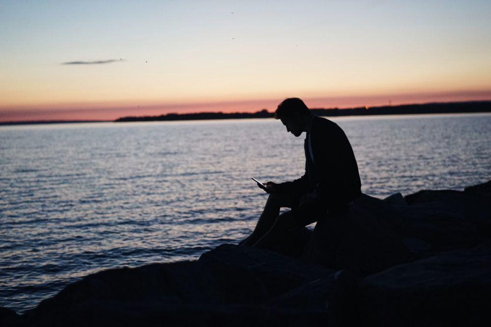 海辺で座る人