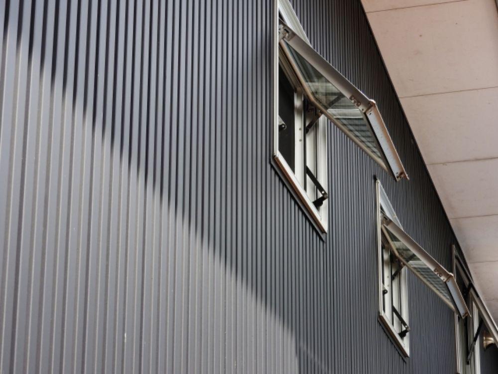 外壁に使用された暗い色のガルバリウム
