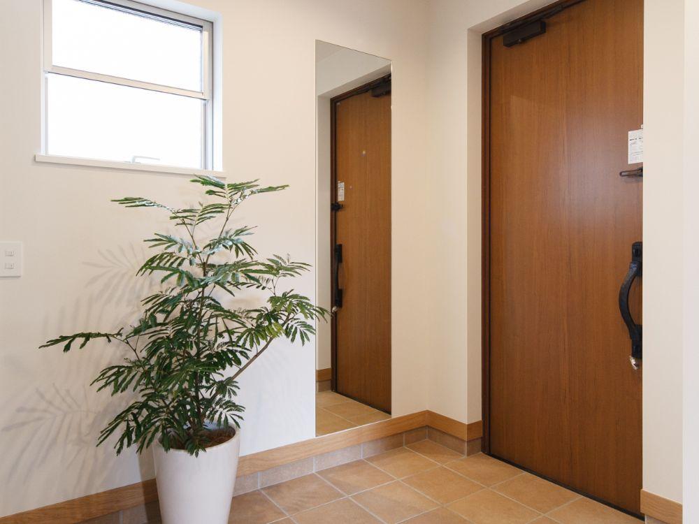 シンプルな姿見が設置された玄関
