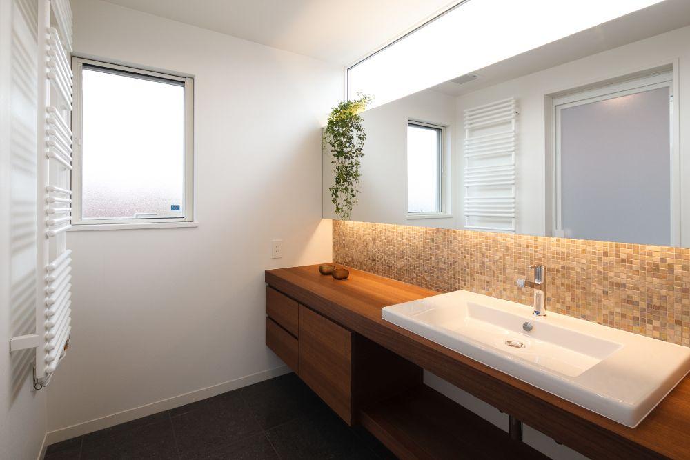 横に長い鏡のある洗面