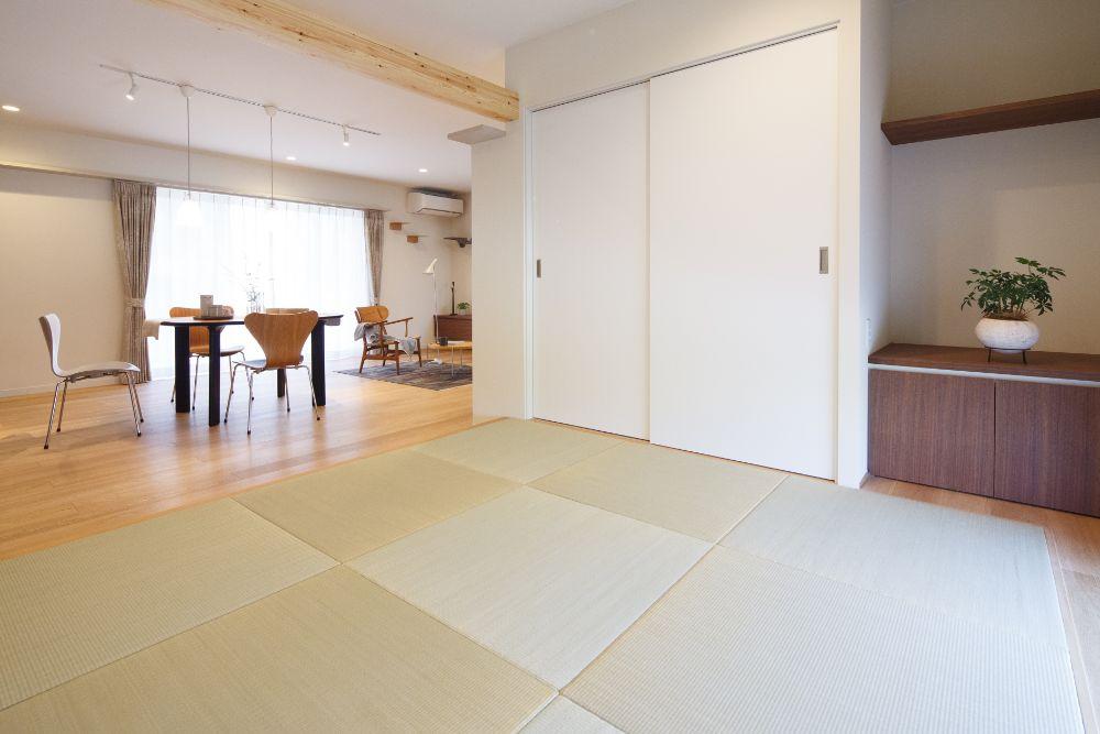 正方形で縁なしの畳を使用した和室