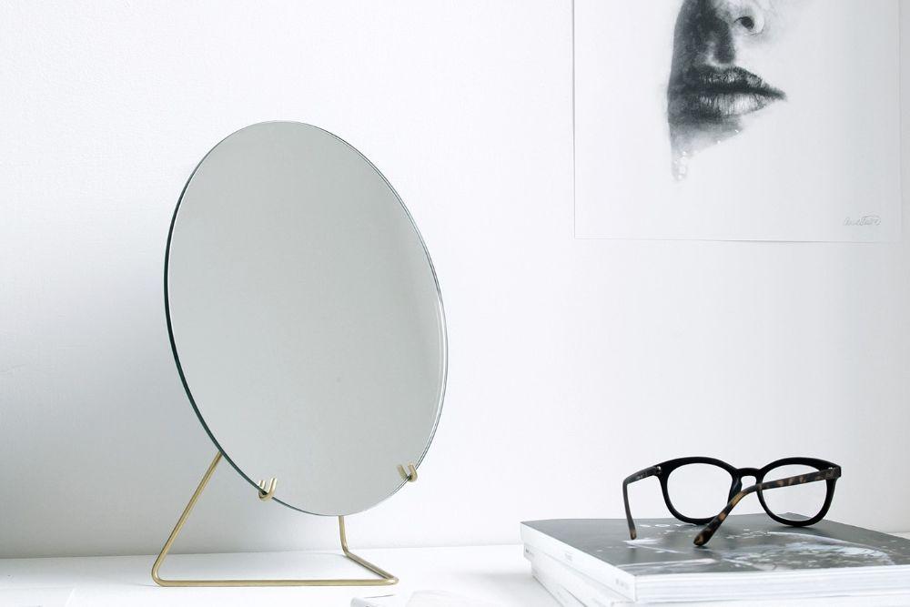 白い空間に溶け込んでいる鏡