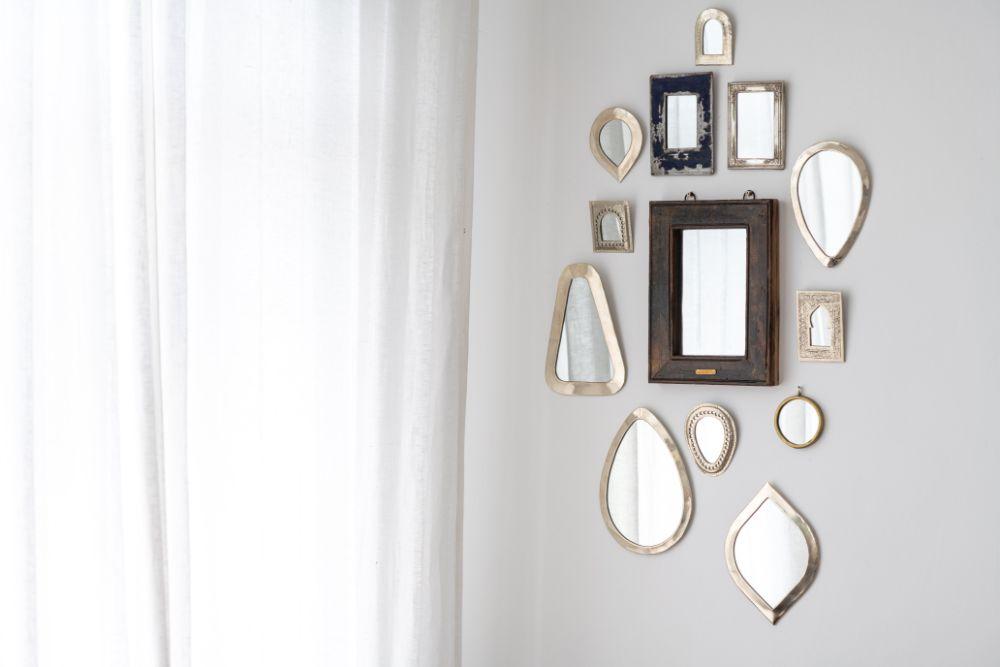 複数の鏡を飾っている様子