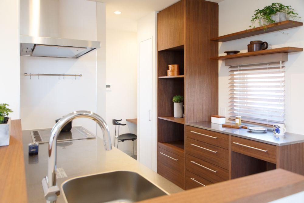 ウォルナット材の背面収納とステンレスキッチン
