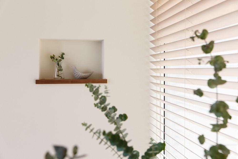 窓際のニッチに飾られたオブジェと植物