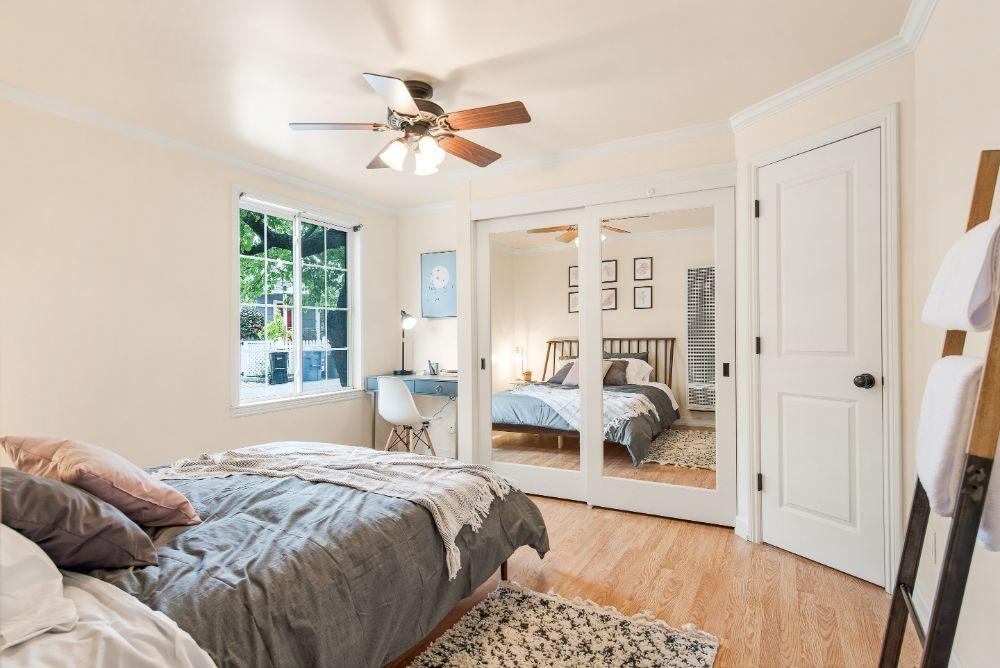 壁と天井がクリーム色の部屋