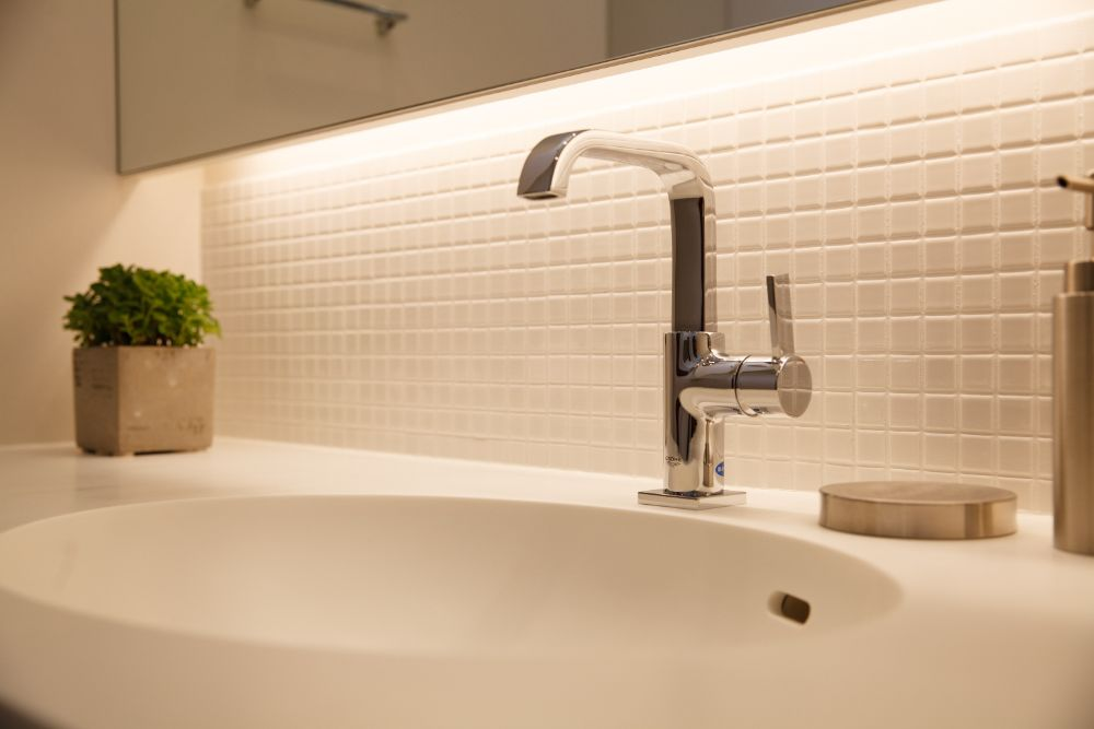 白い人工大理石を使用した洗面