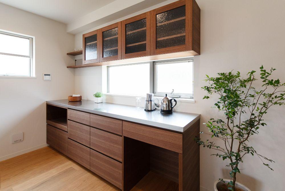 ガラスのついた扉のキッチン吊戸棚