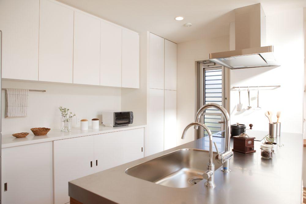 白で統一されたキッチン収納