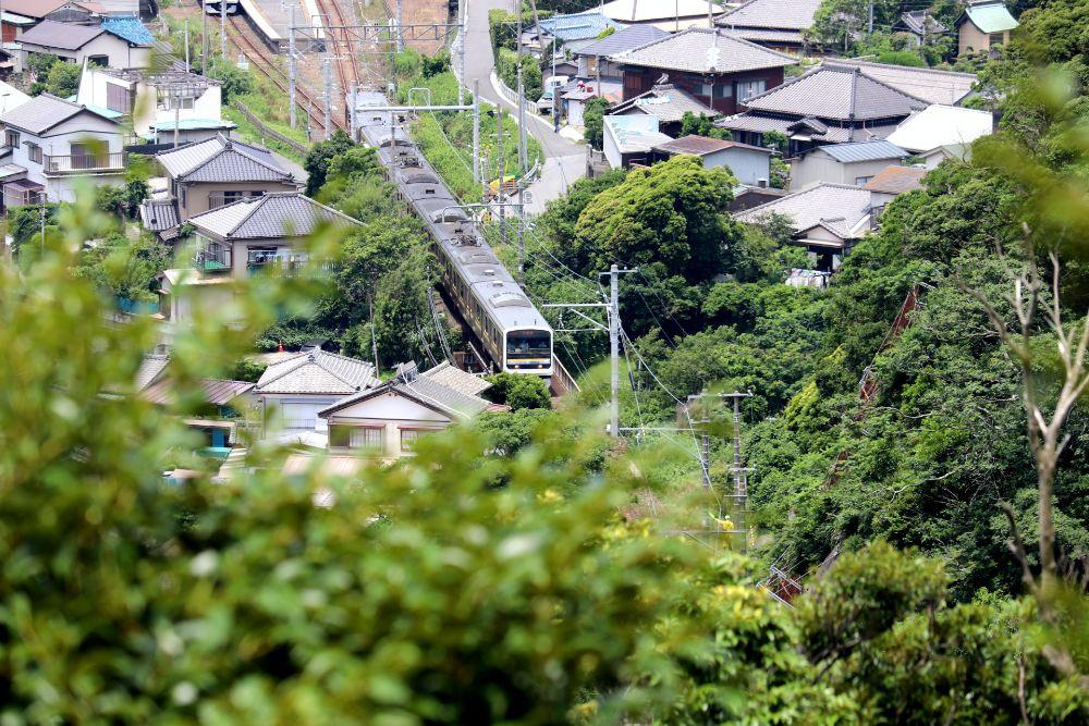 住宅街を走る電車