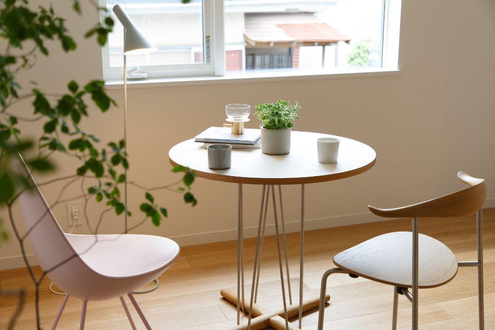 他の家具と合わせたドロップチェア