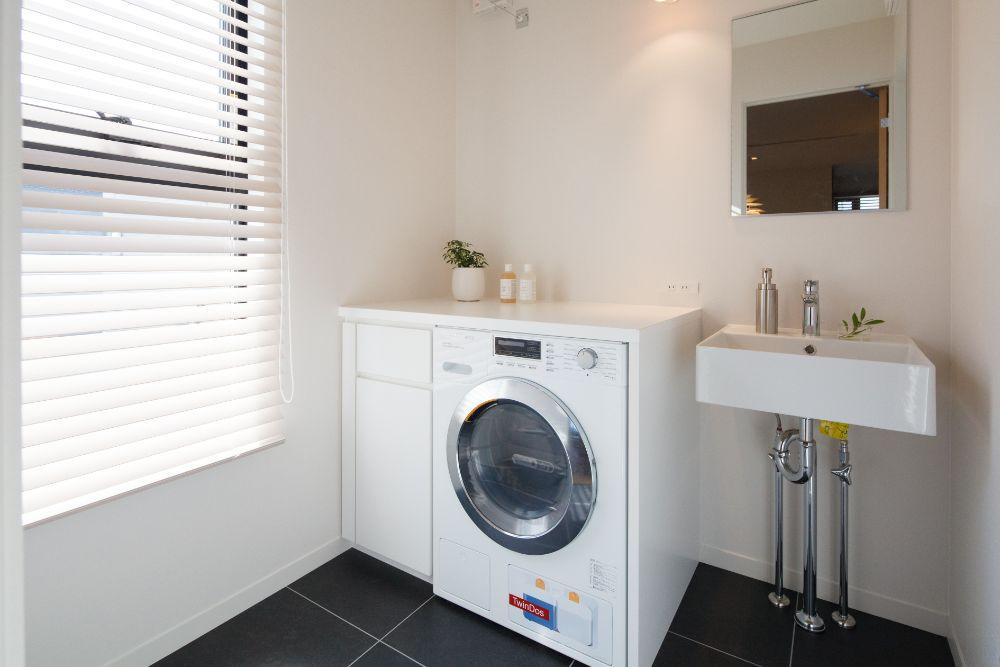洗濯乾燥機の置かれたランドリールーム