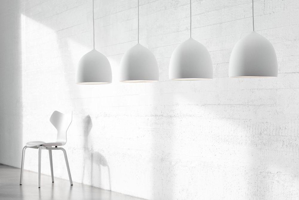 白い空間に置かれた白いグランプリチェア
