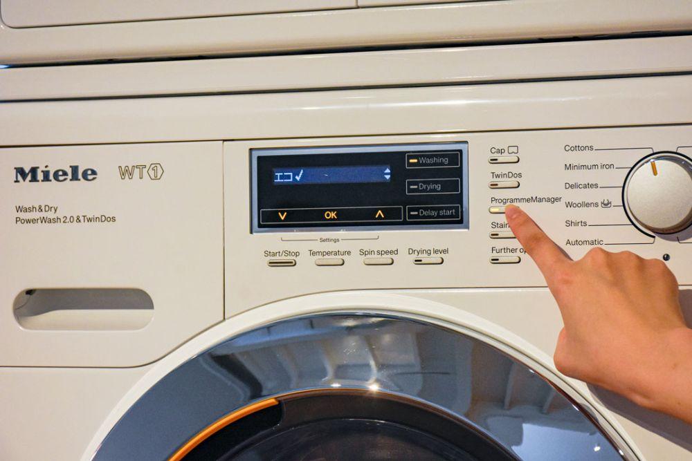 洗濯乾燥機を操作している様子