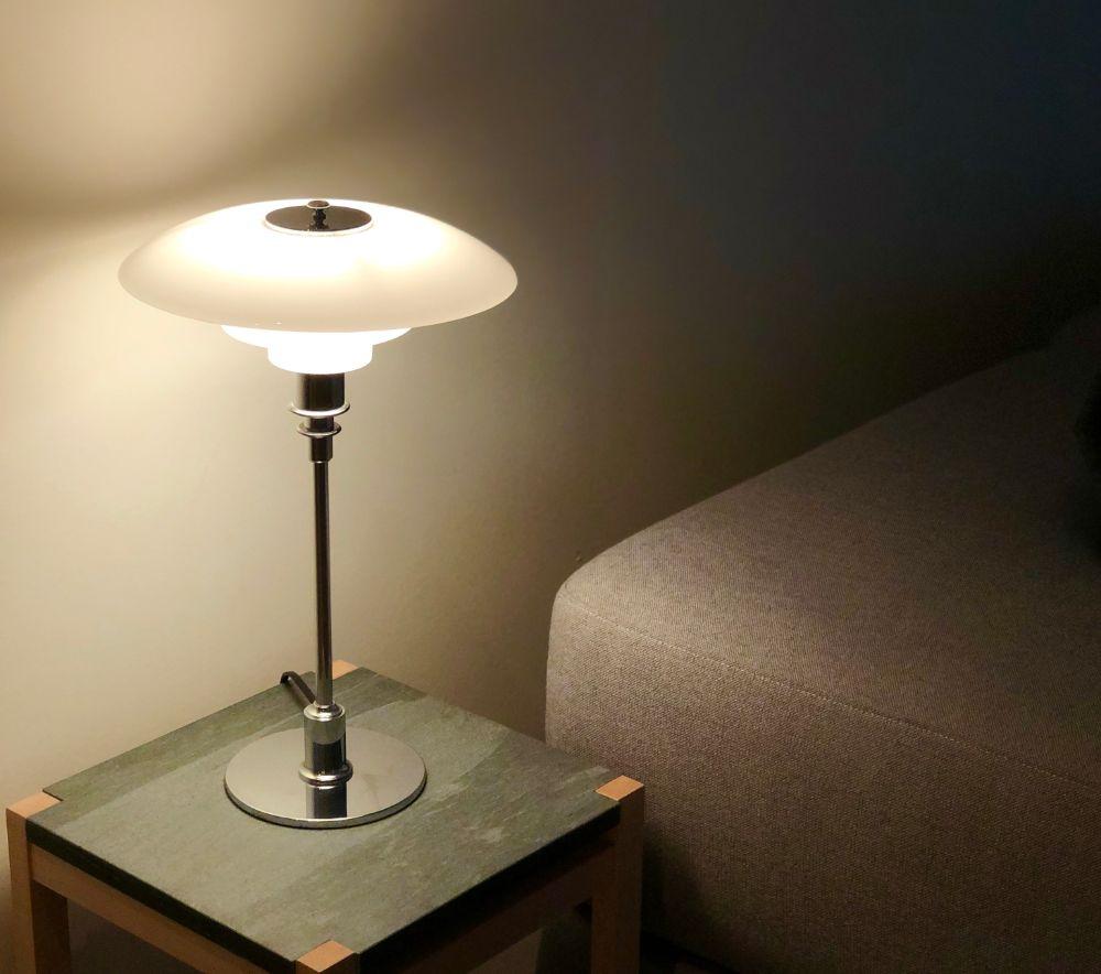 ガラスシェードのテーブルランプ