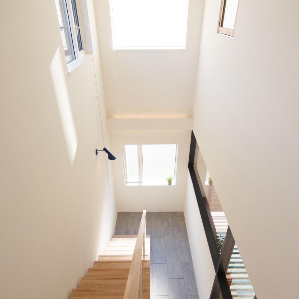 階段上に設置されたブラケットライト