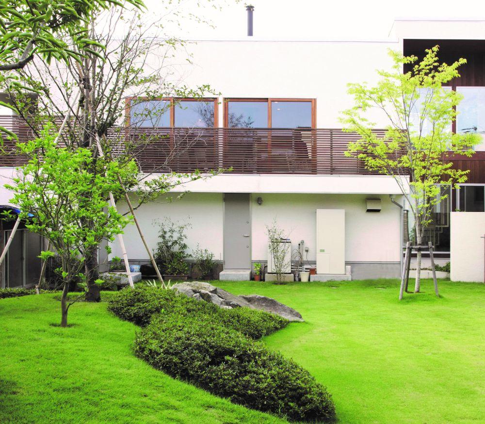鮮やかなグリーンの芝生が広がる庭