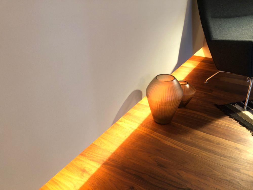 床を照らして足元を明るくする照明