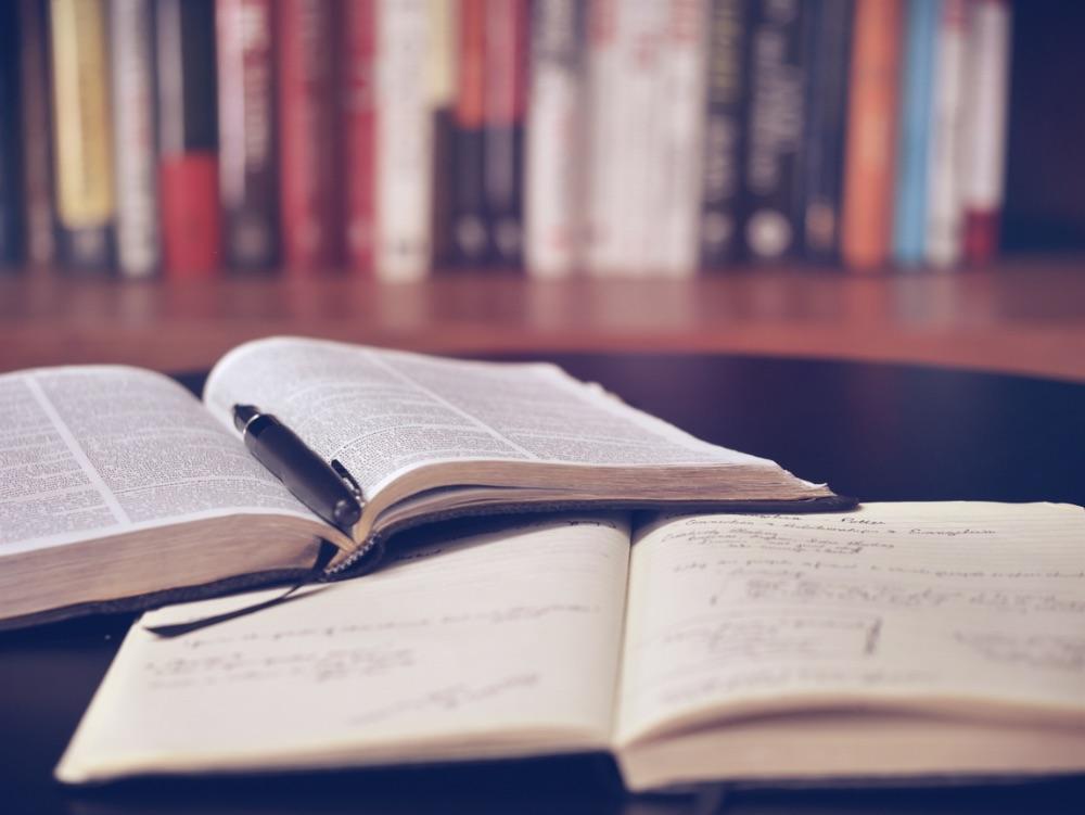 机に広がる二冊の本