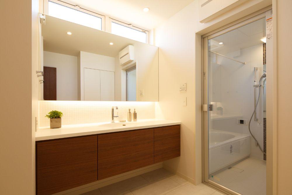 大きな開き戸のついたバスルームが見える洗面所