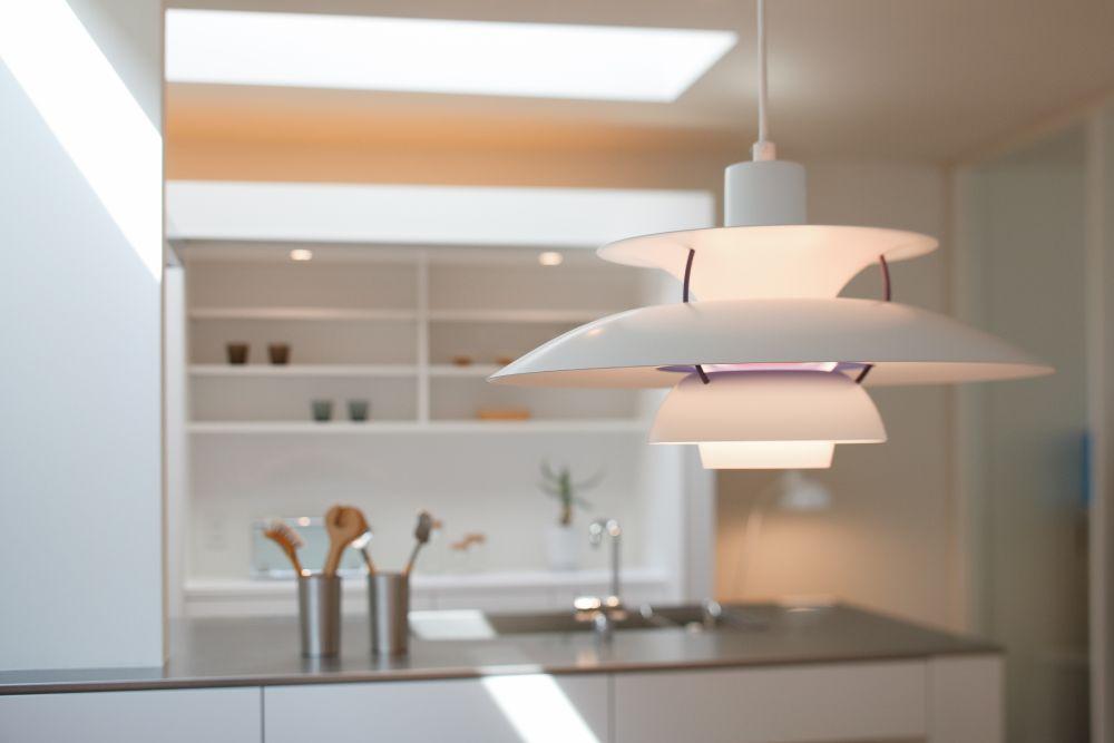 キッチンを背景に吊られたペンダントライト
