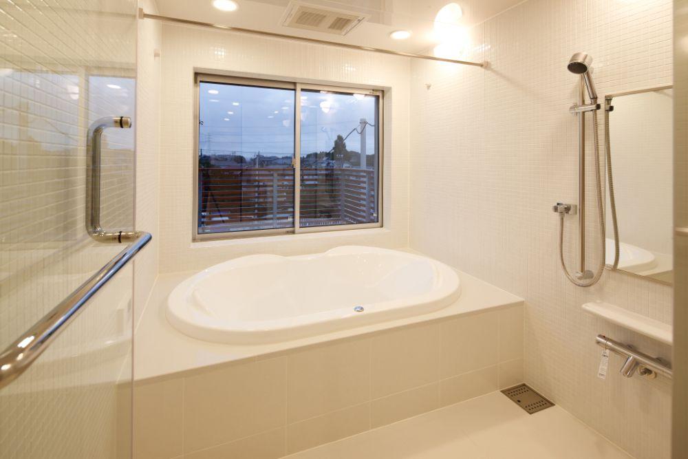 白で統一された清潔感のあるバスルーム