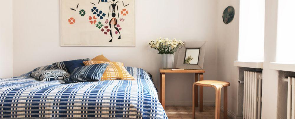 ヨハンナグリュクセンのクッションやベッドカバーを使った寝室