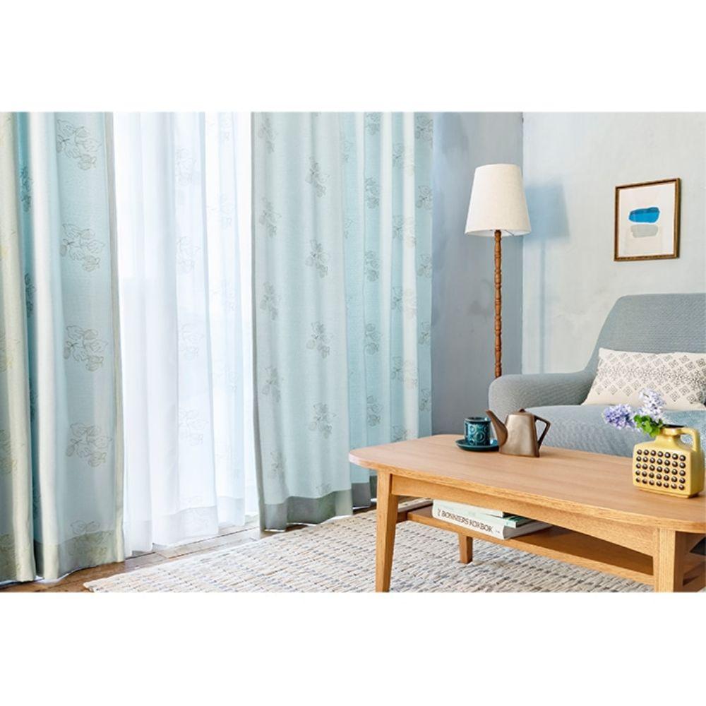 優しい色合いの敷物や動物をモチーフにしたカーテン