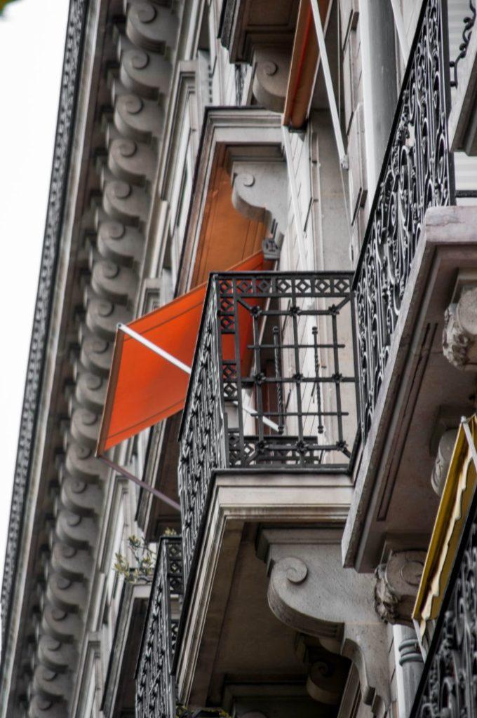 オレンジ色のシェードがついたバルコニー